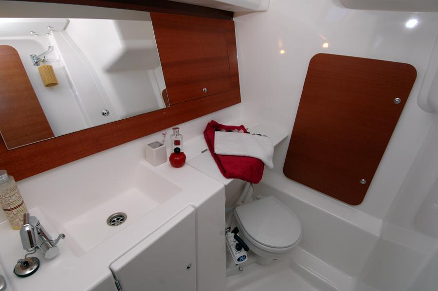 Dufour 335 GL bathroom