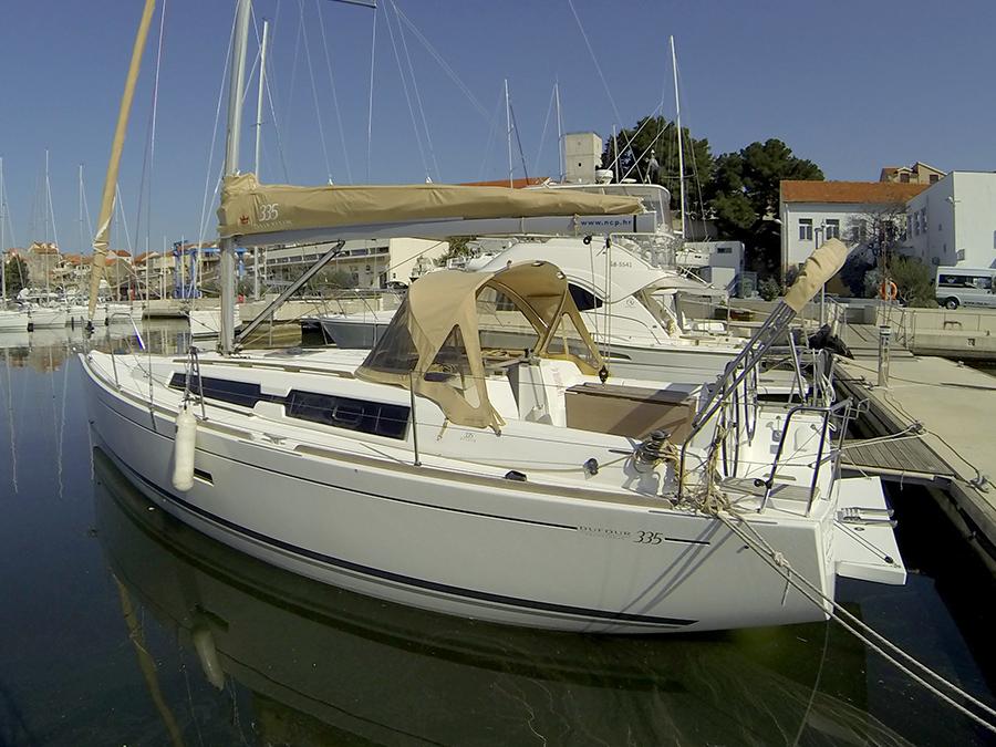 Dufour 335 GL boat