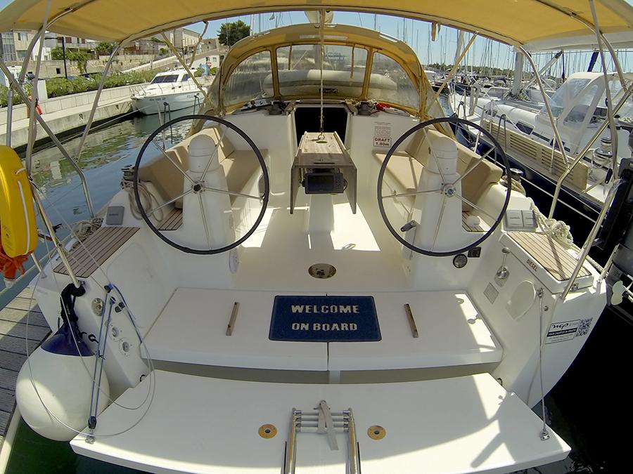 Dufour 335 GL cockpit